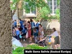 Nap végén az iskola előtt: anyukák, gyerekek és YOYO-k.