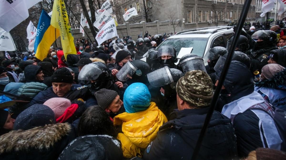 Протестующие остановили авто депутата Рады и потолкались с полицией