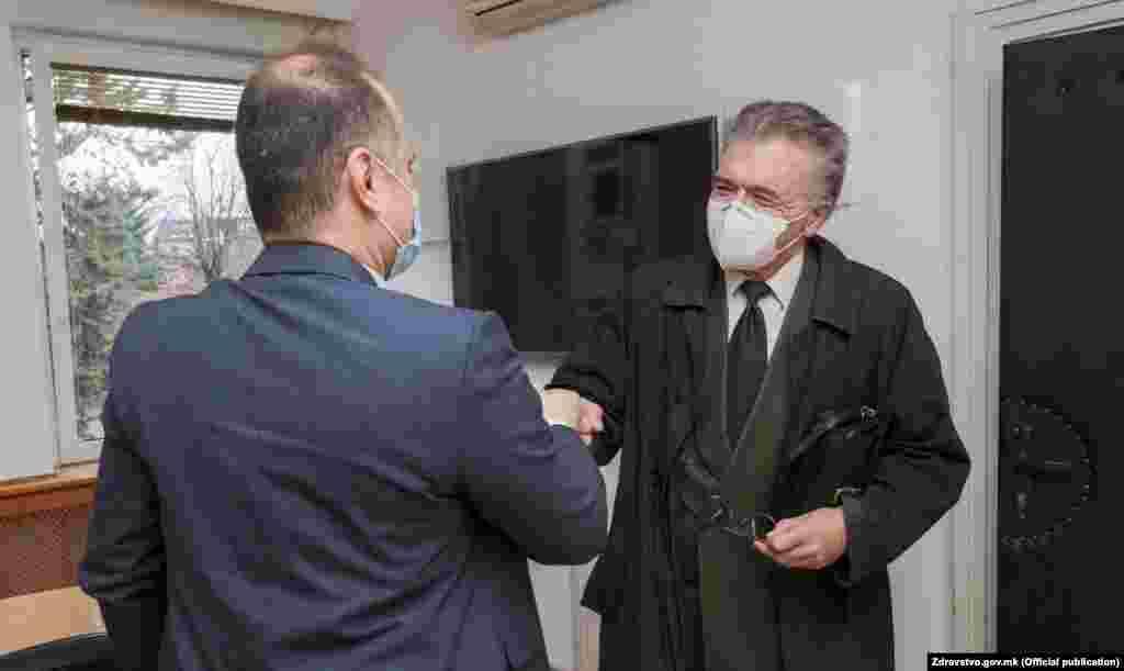 МАКЕДОНИЈА - Министерот за здравство, Венко Филипче, денеска се сретнал со проф. д-р Драган Даниловски и се договориле да се формира неформално советодавно тело од професори во пензија од Медицинскиот факултет, соопшти Министерството за здравство (МЗ). Целта е професорите да помогнат во анализирање на тековните состојби во здравството.