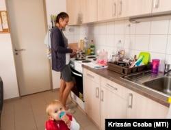 Frank Eszter és kislánya az új szociális bérlakásuk konyhájában Győrben, 2016. október 5-én