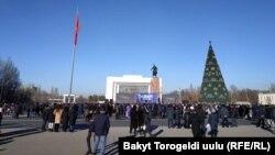 Ала-Тоо аянтына чогулган эл. Бишкек шаары. 11-январь, 2021-жыл.