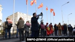 Архивска фотографија од минатонеделниот протест на ВМРО-ДПМНЕ пред Владата
