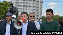 Лидер инициативной группы по созданию Демпартии Жанболат Мамай выступает на митинге. Алматы, 15 мая 2021 года