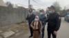 Полиция қызметкерлері Шыңжаңдағы туыстарын қайтаруды талап еткен әйел адамды Қытай консулдығы алдына жібермей тұр. Сәуір айы, 2021 жыл.