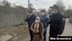 Қытайдың Алматыдағы консулдығы алдында наразылық өткізіп тұрған әйел адамдардың бірі консулдыққа қарай өтпек болып еді, полиция қызметкерлері жолын бөгеді. Алматы, 20 сәуір 2021 жыл.