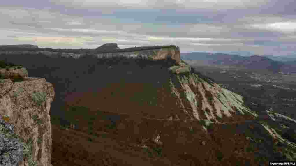 На самом краю плато Фыцки. Дальше за широкой балкой – плато с мысом Кыз-Куле, где сохранились следы пещерного средневекового города Кыз-Кермен. В центре виднеется «макушка» соседнего средневекового города Тепе-Кермен
