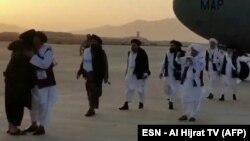 """""""Талибандын"""" саясий кеңсесинин башчысы Абдул Гани Барадар баштаган топтун Ооганстанга барган учуру. 17-август, 2021-жыл. Талибдерге таандык телеканал тарткан видеодон алынган сүрөт."""
