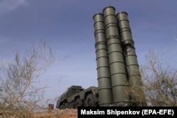 """Орусиянын S-400 зениттик ракеталык жабдуусу өлкөнүн Астрахан аймагынын Ашуулук тоо кыркасында өткөрүлгөн """"Кавказ-2020"""" аскердик машыгуулары маалында. 2020-жылдын 22-сентябры."""