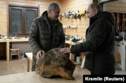 Владимир Путин и Сергей Шойгу в мастерской резьбы по дереву во время отдыха в тайге, 21 марта 2021 года