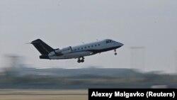 Ռուսաստան - Ալեքսեյ Նավալնիին տեղափոխող օդանավը թռիչք է կատարում Օմսկի օդանավակայանից, 22-ը օգոստոսի, 2020թ.