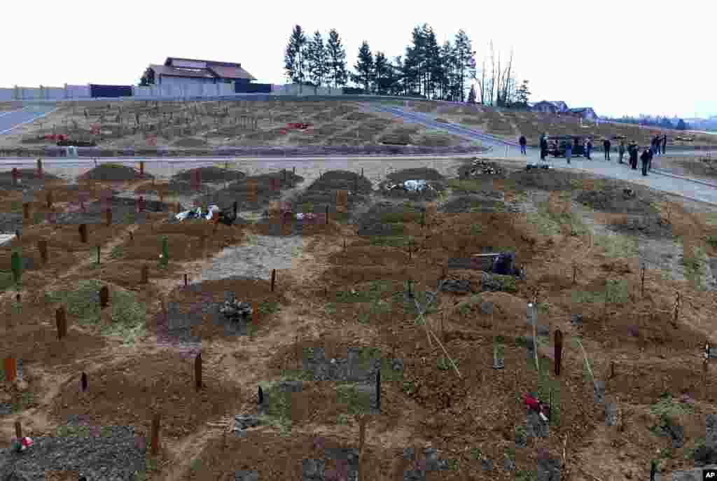Скорбящие готовятся похоронить человека, умершего от осложнений, связанных с COVID-19, на кладбище во Влаково, Босния. Больницы и морг в столице Сараево переполнены, так как за последние несколько дней десятки людей умерли после того, как по всей стране был зарегистрирован резкий рост вирусных инфекций