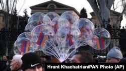 Reprezentanți ai opoziției cerând demisia prim-ministrului Nikol Pașinian, Erevan, 3 martie 2021
