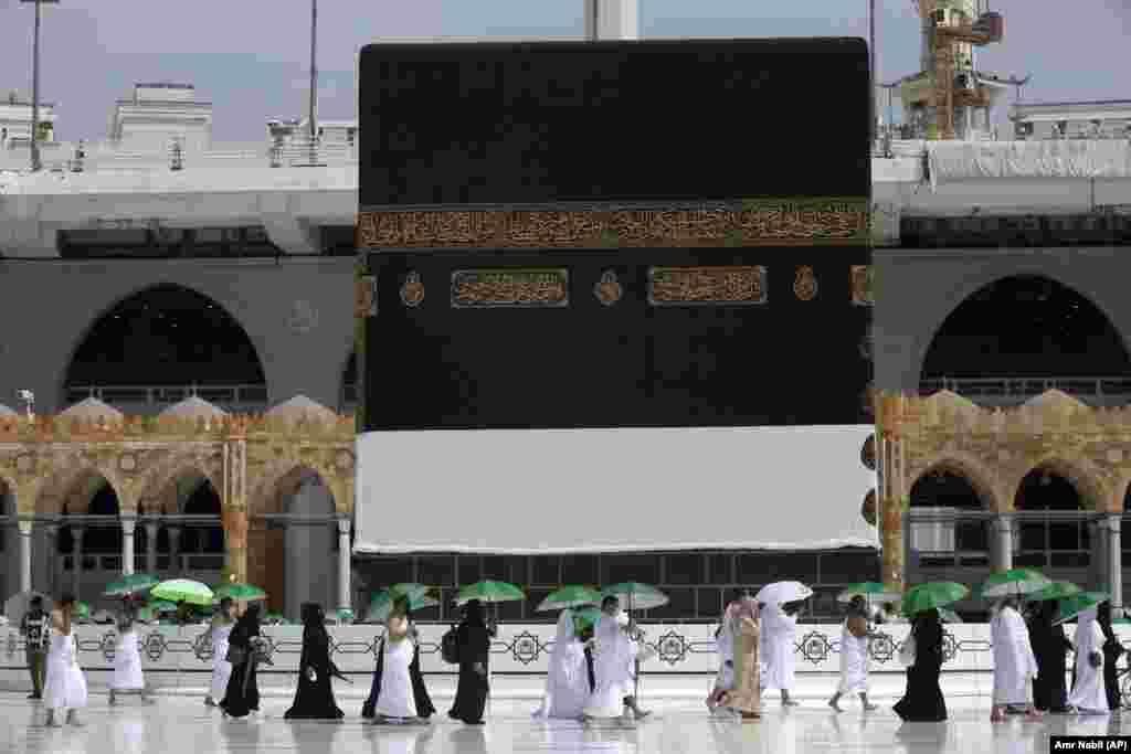 Odeveni u belo i opremljeni kišobranima da se zaštite od užarenog letnjeg sunca, 60.000 građana i stanovnika Saudijske Arabije obavlja godišnje hodočašće, što je vitalna obaveza svakog muslimana koji to može sebi da priušti.