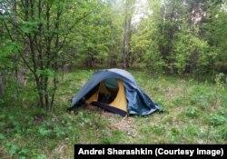 Nyáron ebben a sátorban alszik