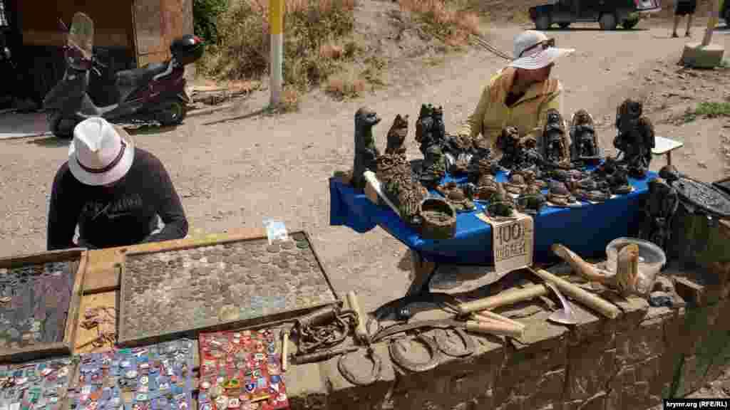 Торговці старовиною і виробами перед головним входом до фортеці