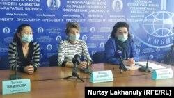 Жалующиеся на отсутствие «коронавирусных» надбавок медработники на пресс-конференции в пресс-центре Казахстанского бюро по правам человека. Алматы, 8 октября 2020 года.