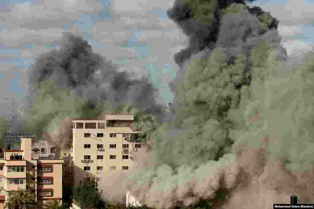 Дим піднімається після ізраїльського авіаудару по будівлі в місті Газі, 17 травня 2021 року