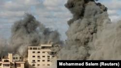 Чад се издига од зграда по израелскиот воздушен напад во појасот Газа, 17,.02.2021