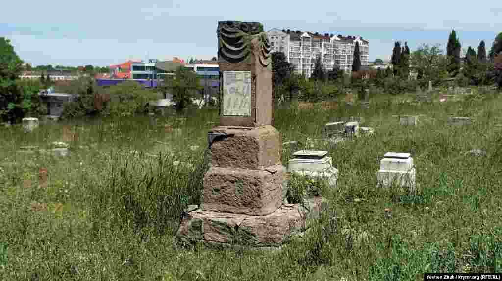 Следы вандалов везде, даже на памятниках. Они исчерчены гвоздями и острым стеклом, некоторые надписи сделаны краской