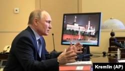 Rusia: președintele Vladimir Putin la o videoconferință de la reședința de vară din apropiere de Moscova, 16 aprilie 2021.