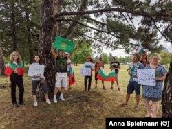 """Българи в Торонто също се събраха на протест. Те държаха българското знаме и флага """"Свобода или смърт""""."""