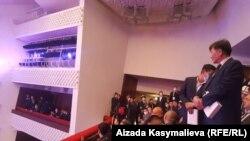 Инаугурация Улуттук филармонияда өткөнү жатат.