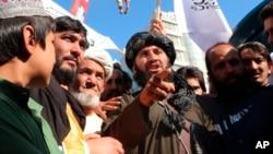 Тело мужчины, обвиненного в похищении человека, висит на кране в городе Герат на западе Афганистана, 25 сентября 2021 года