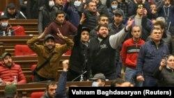 Арменияда наразылар ел премьер-министрі Никол Пашинянның үшжақты мәлімдемеге қол қоюына қарсылық білдіріп парламент ғимаратына басып кірді. Ереван, 10 қараша 2020 жыл.