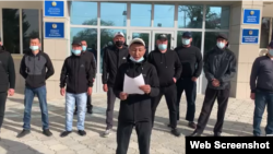 На кадре из видео — работник ТОО «MADIBA», подрядчика «МунайФилдСервиса», зачитывает обращение бастующих к президенту Казахстана Касым-Жомарту Токаеву. Жанаозен, 20 апреля 2021 года.