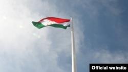 Постамент с государственным флагом Таджикистана в Ворухе