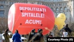 Activiștii de la Declic au instalat marți în fața clădirii Parlamentului un balon de 6 metri în formă de ciolan și au cerut depolitizarea spitalelor.