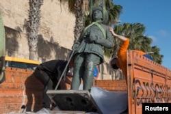 Статуята беше натоварена на камион и откарана далеч от погледите на минувачите.