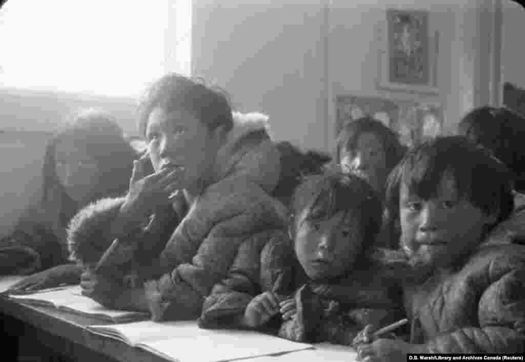 Eszkimó gyermekek egy bentlakásos iskolában, Nunavutban. A kamloopsi eset után az őslakosok kampányt indítottak, hogy az állam fésülje át minden egyes bentlakásos iskola udvarát - hasonló tömegsírok után kutatva.
