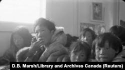 Disa studentë të ulur në klasë, në një shkollë rezidenciale.