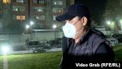 Раим Матраимов Бишкекдаги Биринчи май туман суди биноси олдида, 2020 йил 20 октябри.