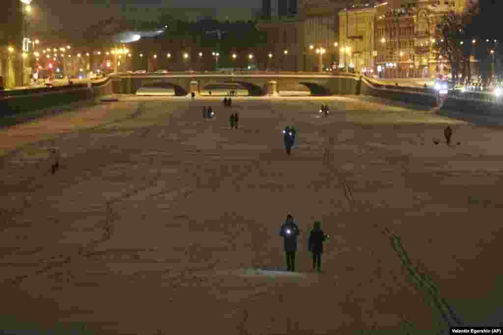 В акцията се включиха и хора в Санкт Петербург, които се разходиха с включени светлини на телефоните си по замръзналата река Нева.