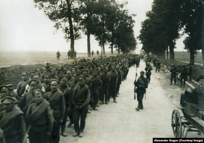 Российские пленные около города Ломжа в Польше, 1915 г. Снимок из федерального архива Германии – фотоархива в Кобленце, копия А. Гогуна