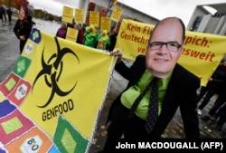 Kao ministar, Schmidt je podržavao korištenje herbicida glifosata i navukao bijes SPD-a i opozicijskih stranaka koje su tražile zabranu glifosata (fotografija sa protesta protiv korištenja glifosfata, demonstrant sa likom Schmidta, Berlin, 2016. godina)