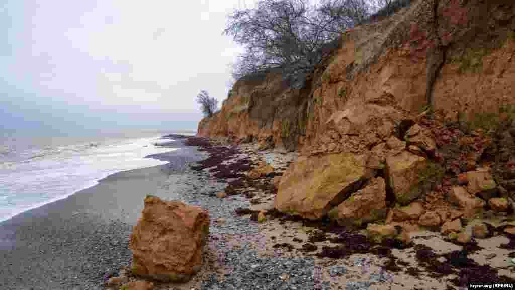 На пляжі у селищі Берегове Бахчисарайського району обвалилися величезні шматки глини. Крим.Реалії побували в приморському селі і зафіксували неспішне життя в селі на фото