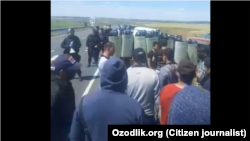 1 июля на российско-казахской границе произошла стычка между мигрантами из ЦА и полицейскими Оренбурга. Кадр из видеозаписи.