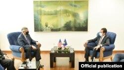 Kryeministri i Kosovës, Albin Kurti (majtë) dhe ambasadori amerikan në Kosovë, Philip Kosnett (djathtë).