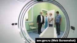 Михаил Развожаев во время установки компьютерного томографа в Севастополе, архивное фото