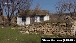Una din multele case abandonate din satul Roșietici