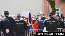 Полициски сили го обезбедуваат локалниот Парламент во Цетиње каде се одржува парламентарната седница