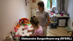 Екатерина Есипенко с дочерью Стефанией играют в детской