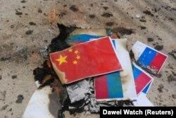 Аскердик төңкөрүшкө каршы нааразылык чарасы маалында хунтаны колдогон Кытай менен Орусиянын желектери өрттөлдү. Лаунглон шаарчасы, Бирма. 2021-жылдын 8-апрели.