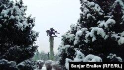 Бишкек. Филармониянын алдындагы эстелик.