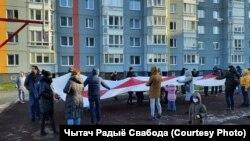 Лукашенконун кызматтан кетишин талап кылган нааразылык жүрүшүнүн катышуучуларынын бир тобу. Минск. 2020-жылдын 6-декабры.