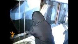 Невядомыя біюць шкло ў Доме Ўраду, міліцыя не замінае