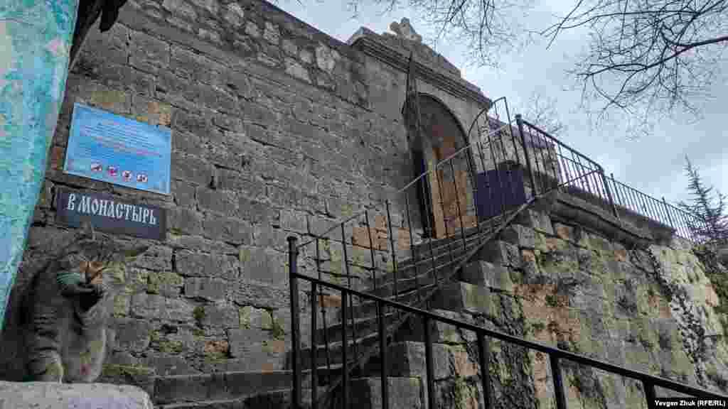 Нижній вхід на територію монастиря